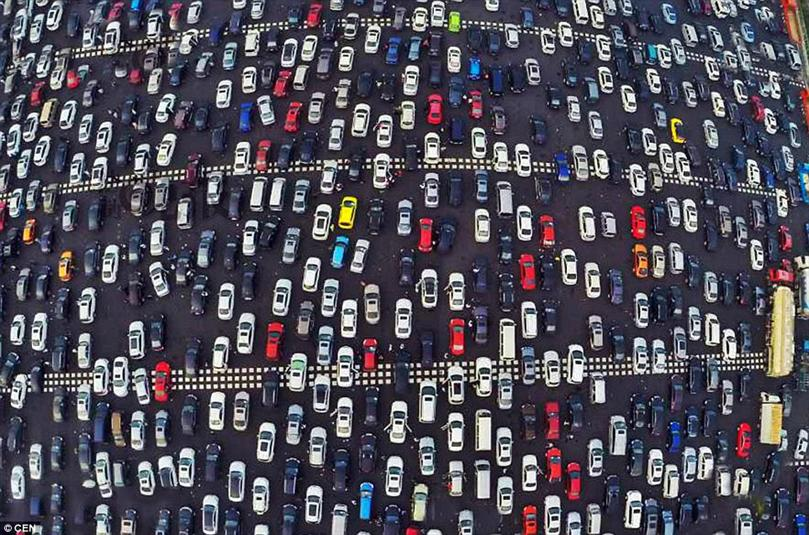 ملايين السيارات في ازدحام مروري