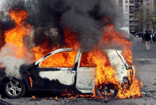 كلميم: مخزني يحترق داخل سيارته بعد اصطدامها بعمود إنارة