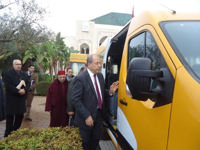 تاونات: تسليم مفاتيح 3 حافلات للنقل المدرسي وسيارة إسعاف