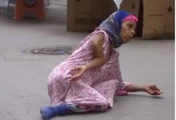 بالصور : شاهد كيف تتحايل هذه السيدة على المارة لاستجداء تعاطفهم