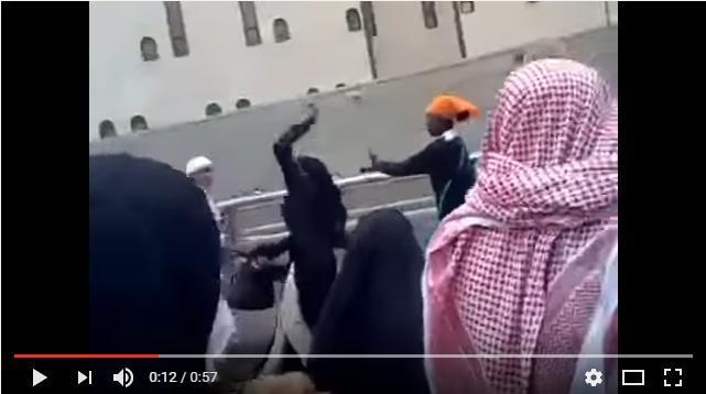 بالفيديو: مضاربة عنيفة بين نساء ورجال عند الحرم المكي في السعودية