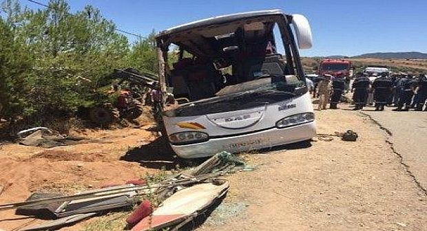 قتيلة وعشرات الجرحى في حادث سير بين حافلة وسيارتين