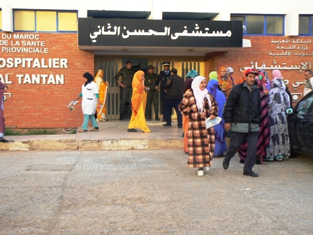 """سكان """"الخرطوم"""" يحتجون أمام مستشفى طانطان"""