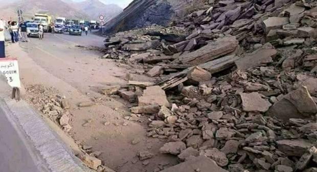 انهيار صخري بتيزي نتيشكا يعرقل حركة المرور