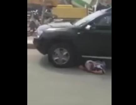 أرملة تحتج تحت عجلات سيارة باشا كلميم ضد الحكرة + فيديو