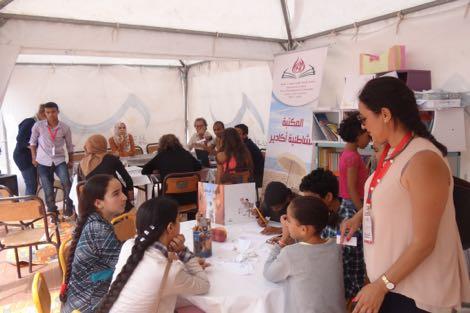 مكتبة شاطئية تشجع المصطافين على القراءة بأكادير
