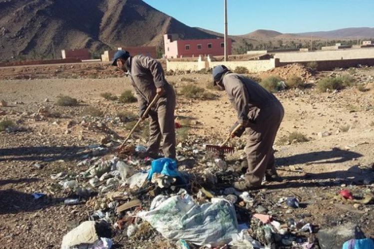 تبادل اتهامات بين تاجر وعمال نظافة بتغجيجت