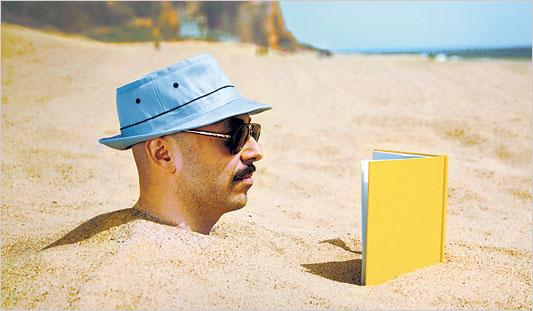 شاطئ أكادير يشجع على القراءة طيلة العطلة